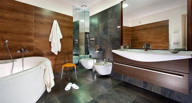 bagno con vasca camera superior